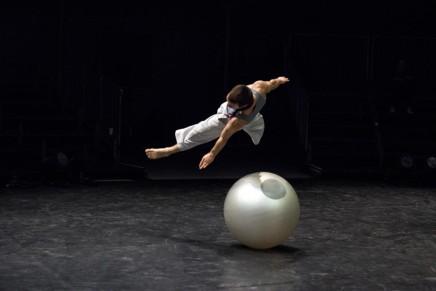 'Iocari', Daniballen: akrobazia, dantza eta pilota bat