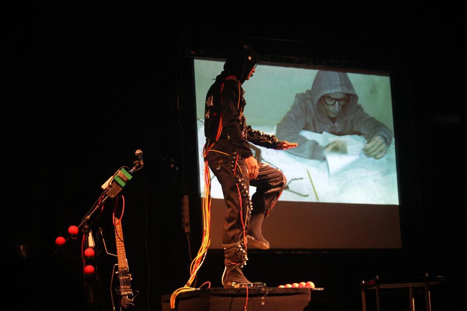 Zuzeneko ikuskizun multimedia bat, dantza eta umorea ACT 2019 inauguratzeko